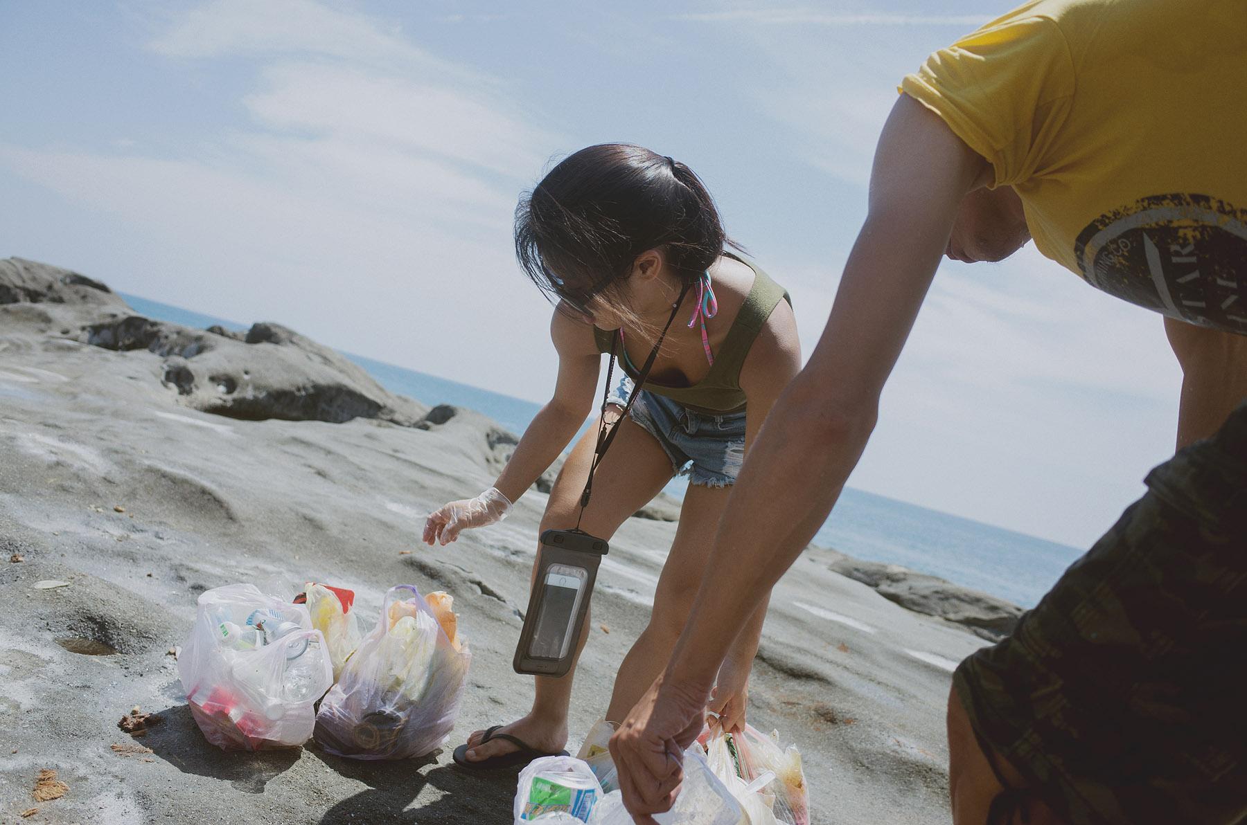 池上淨灘女孩-撿垃圾