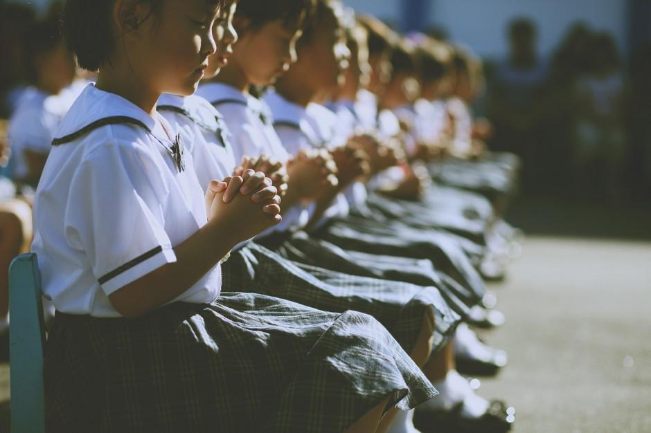 今天啊…很特別的一場幼稚園畢業典禮,不同於以往唱唱跳跳的表演活動,取而代之的是互道祝福的歌聲與言語。原以為年紀這麼小的孩子大概還不懂吧?沒想到的是,他們確確實實的感受的到。  那些關懷、不捨…與愛。